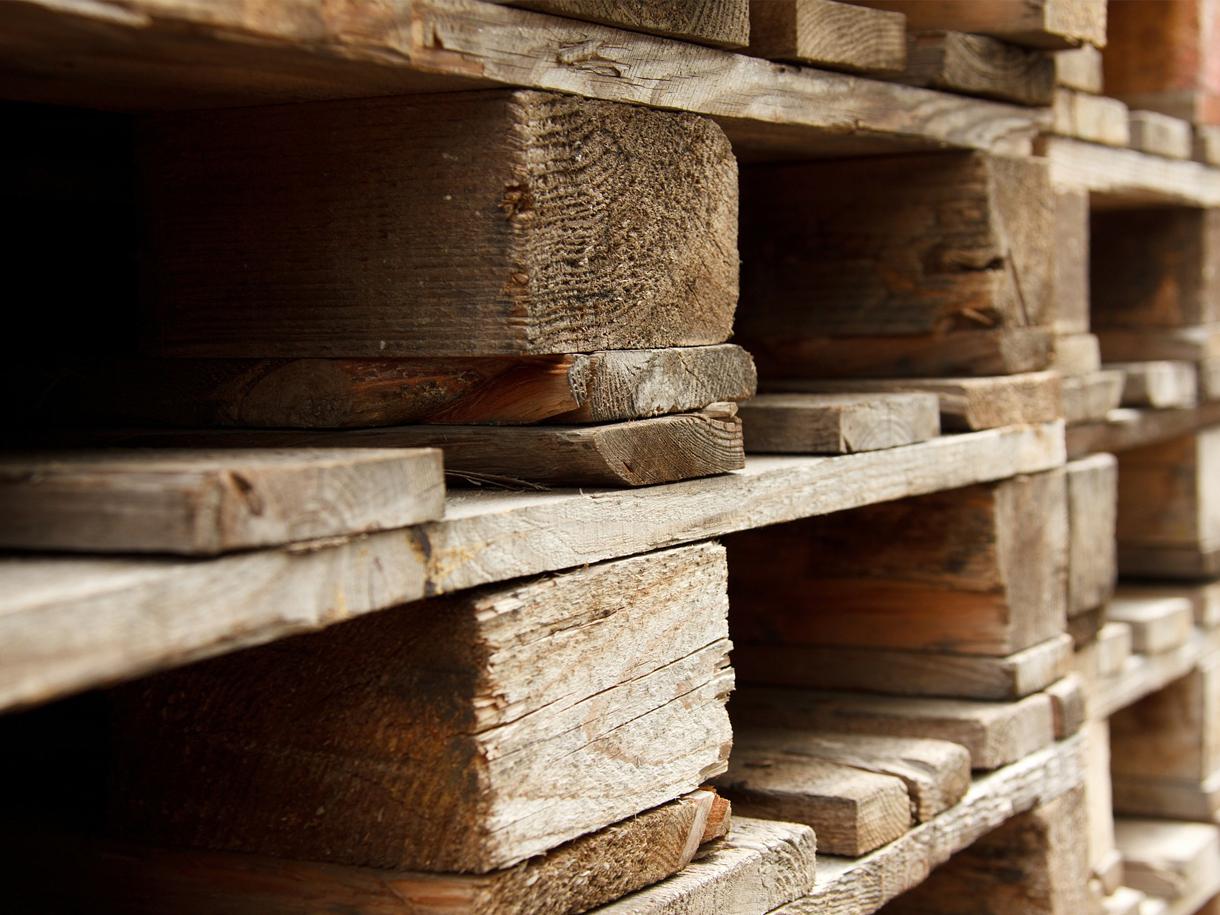 Palety drewniane ułożone wstos